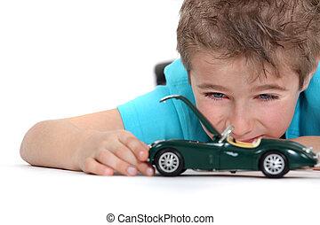 jongen, weinig; niet zo(veel), speelbal, spelend, auto