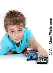 jongen, weinig; niet zo(veel), speelbal, spelend, auto's