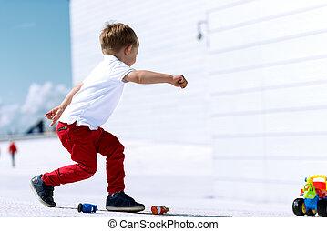 jongen, weinig; niet zo(veel), speelgoedauto, rennende , spelend