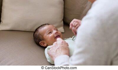 jongen, weinig; niet zo(veel), vader, baby, thuis, spelend, vrolijke