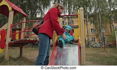 jongen, weinig; niet zo(veel), verschuifbaar, speelplaats, moeder, hem