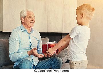 jongen, weinig; niet zo(veel), zijn, geven, grootvader, kado