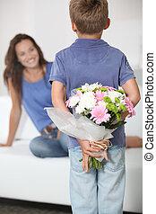 jongen, weinig; niet zo(veel), zijn, moeder, geven, mamma, bloemen, dag