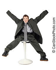 jongen, weinig; niet zo(veel), zittende , groot, vrijstaand, grijze , achtergrond, kostuum, het glimlachen, witte , man's, stoel