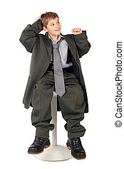 jongen, weinig; niet zo(veel), zittende , groot, vrijstaand, grijze , achtergrond, kostuum, stoel, man's, witte