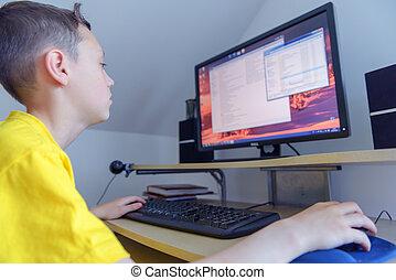 jongen, werkend aan computer, in, zijn, kamer