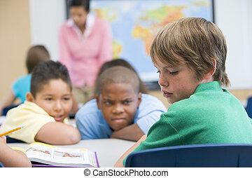 jongen, wezen, bullied, in, basisschool
