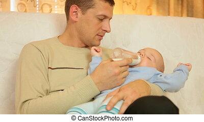 jongen, zijn, vader, het voeden, baby, thuis