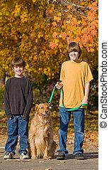 jongens, lopende met de hond