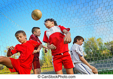 jongens, voetballende
