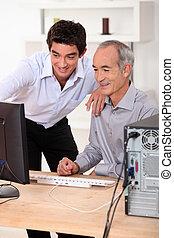 jonger, en, oudere mannen, kijken naar, een, computer