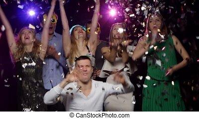jongeren, dancing, en, gooien, schitteren, confetti, op, de, feestje