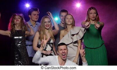 jongeren, dancing, en, hebbend plezier, samen, op, de, feestje