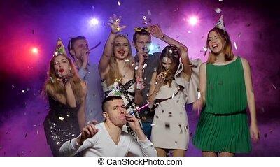 jongeren, vieren, vakantie, en, het dansen., stroboscoop, verlichting, rook, effect