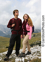 jongeren, wandelende, in de bergen