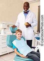 jongetje, en, afrikaanse amerikaan, tandarts