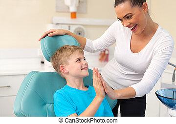 jongetje, en, moeder, hoog vijf, in, tandarts werkkring