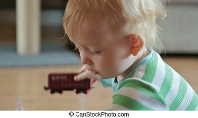jongetje, spelend, met, de trein van het stuk speelgoed