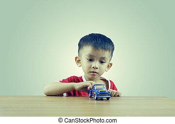 jongetje, spelend, met, speelgoedauto
