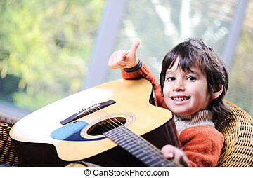 jongetje, spelende guitar, thuis