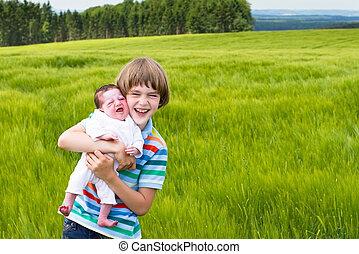 jongetje, vasthouden, zijn, pasgeboren, zuster