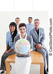 jordisk, affärsfolk, klot, multi-ethnic, holdingen