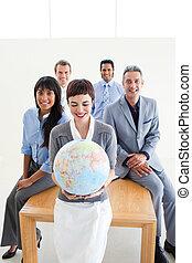 jordisk, kontor, affärsfolk, positiv, klot, holdingen, internationell
