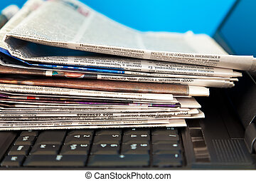 jornais, laptop, pilha
