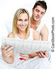 jornal, leitura mulher, cama, homem