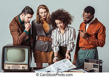 jornalistas, newsroom, multicultural, isolado, cinzento, retro, denominado