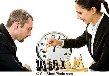 jouant échecs