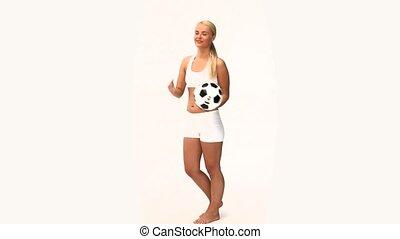 jouant football, joli, balle, femme, blond