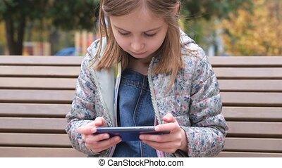 jouant jeu, girl, smartphone, peu