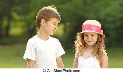 joue, garçon, peu, lent, baisers, embarrassé, elle, girl, smiles., mouvement