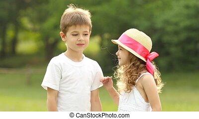 joue, garçon, peu, lent, baisers, embarrassé, girl, smiles., mouvement, il