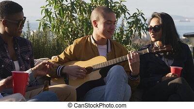 jouer, amis, homme, guitare, sien, jeune, toit