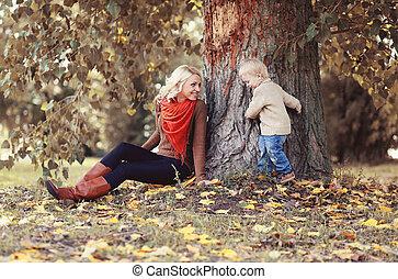 jouer, arbre, sous, enfant, maman, fils, parc, automne
