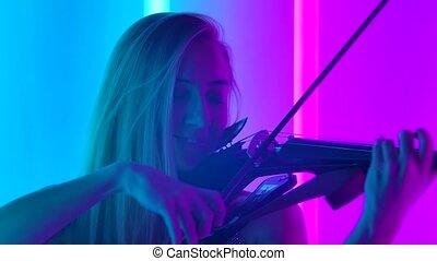 jouer, arcs, blond, quoique, haut., violon, instruments à cordes, femme, clair, lights., néon, classique, fin, jeux, séduisant, jeune, music., motion., lent, touchers