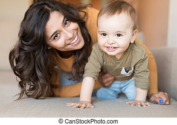 jouer, bébé, elle, mère