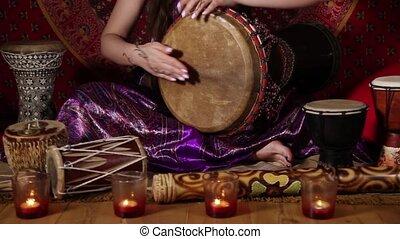 jouer, femme, intérieur, tambour, caucasien