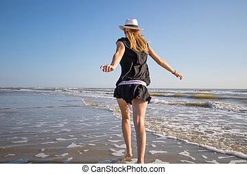 jouer, femme, rivage, heureux