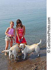 jouer, filles, chiens, deux