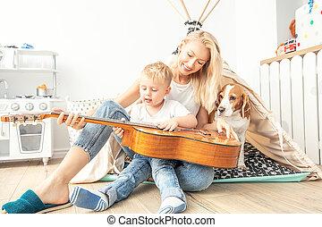 jouer, garçon, guitare, peu, maman