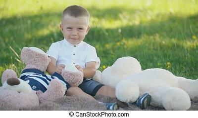 jouer, garçon, ours peluche