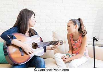 jouer, girl, regarder, prof, sofa, guitare
