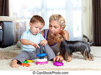 jouer, intérieur, garçon, ensemble, enfant, chouchou, chien, mère