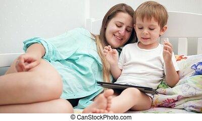 jouer, jeune, lit, enfantqui commence à marcher, tablette, ...