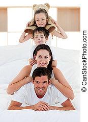 jouer, lit, jeune, ensemble, famille