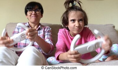 jouer, mère, fille, maison, voiture, videogames