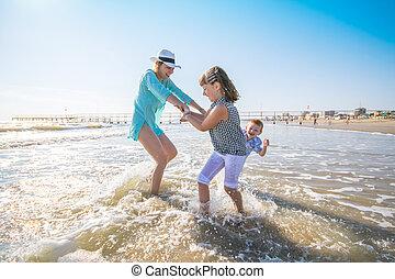 jouer, mer, enfants, elle, mère